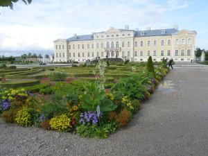 Zámek Rundale vLotyšsku se velmi podobá Versailles ve Francii.
