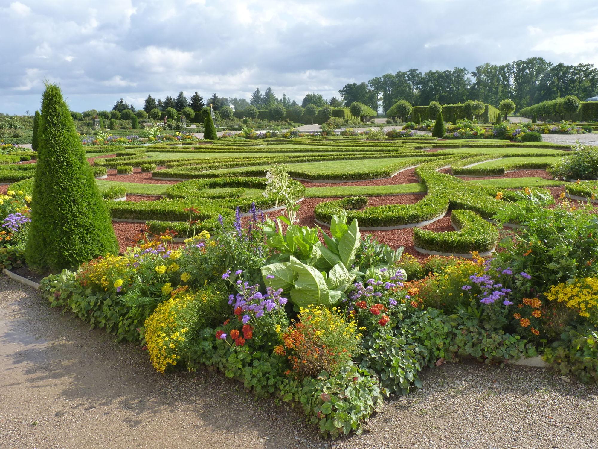 Parková úprava zahrad v lotyšském zámku Rundale.